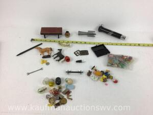 Small wrench, vending machine toys, toy horses, small wooden bench, ink pen and other items