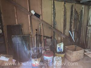 Chains, wooden box, buckets, etc. Contents against the wall and on the floor