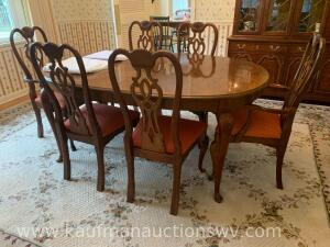 Thomasville furniture industries dining room table w/ 6 chairs, 2 leaves, & table cloth